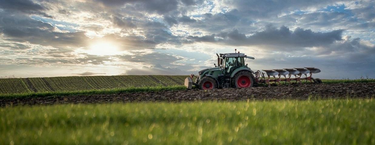 tractor-akkerbouw-overname-ploeg-1250